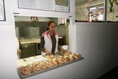Есра от осми клас раздава закуските.
